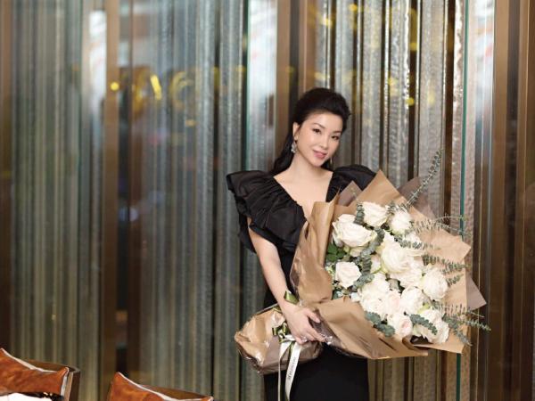 Chị Dung Trần - nữ doanh nhân Sài Thành - gây sốt với nhiều hình ảnh trẻ trung. Nhiều người lầm tưởng chị ngoài 30 tuổi, tuy nhiên, thực sự chị đã cận kề tuổi ngũ tuần.