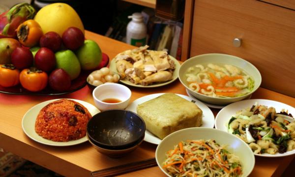 Trẻ nhỏ nên ăn nhiều rau xanh, trái cây, hạn chế ăn đồ ngọt.