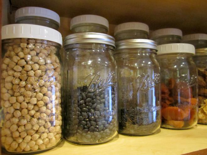 Thực phẩm khô nên bảo quản trong lọ thủy tinh có nắp đậy và để ở nơi thoáng mát. Ảnh: