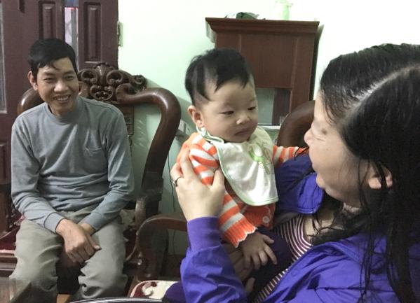Gia đình Tú Anh hạnh phúc đón năm mới đầu tiên cùng nhau. Ảnh NVCC