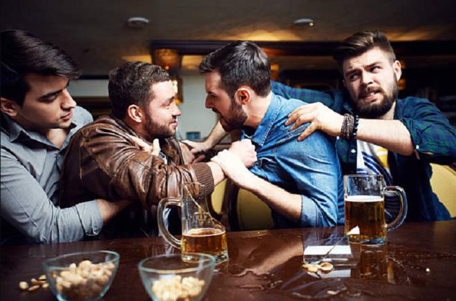 Rượu là chất gây mất kiểm soát khiến con người thể hiện hành vi bạo lực mạnh mẽ hơn. Ảnh: Food &Wine