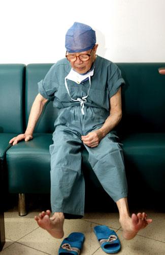 Bác sĩ thư giãn chân, tay sau ca mổ. Ảnh: China Daily