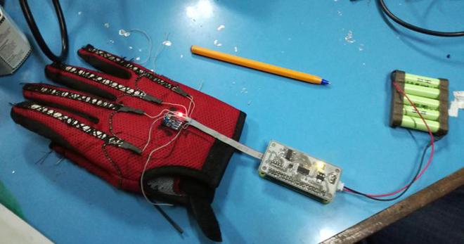 Chàng trai 25 tuổi chế tạo găng tay biết nói dành cho người điếc