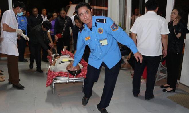 Các. nạn nhân được vận chuyển đến bệnh viện đa khoa tỉnh cấp cứu. Ảnh: Hà Anh.