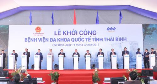 Thủ tướng Nguyễn Xuân Phúc và các lãnh đạo cấp cao nhấn nút khởi công dự án.