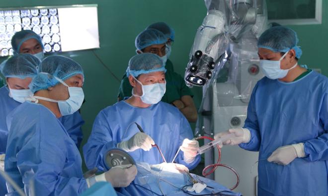Các bác sĩ trong ca mổ u não đầu tiên bằng robot. Ảnh bệnh viện cung cấp.