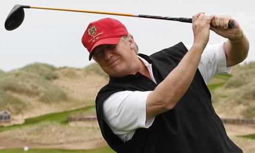 Tổng thống Trump trên sân golf. Ảnh: Reuters.