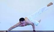 Chàng trai vận dụng bí quyết giọt nước vào tập yoga