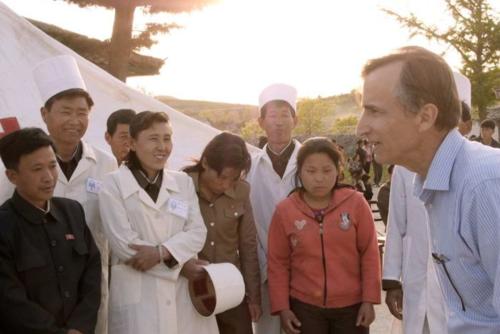Bác sĩ Stepen Linton (bìa phải), người sáng lập Quỹ Eugene Bell hỗ trợ bệnh nhân lao Triều Tiên. Ảnh: Hein S Seok.