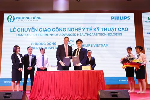 Ông Hugo Luik, Tổng Giám đốc công ty TNHH Philips Việt Nam và ông Nguyễn Công Minh, Phó Giám đốc Bệnh viện đa khoa Phương Đông (từ trái qua phải) ký biên bản bàn giao công nghệ y tế kỹ thuật cao.
