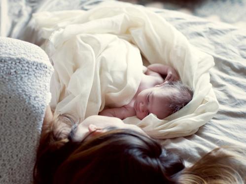 Nằm ngủ chung với bố mẹ gây nguy hiểm cho trẻ nhỏ. Ảnh: NPR.