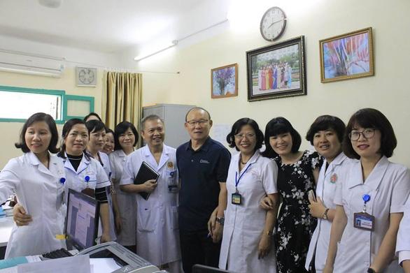 Ông Park chụp ảnh cùng các y bác sĩ bệnh viện E khi đi khám sức khoẻ sáng 21/2. Ảnh: Thanh Xuân.