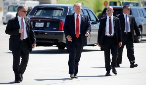 Tổng thống Mỹ Donald Trump đi giữa các đặc vụ bảo vệ. Ảnh: National Review.