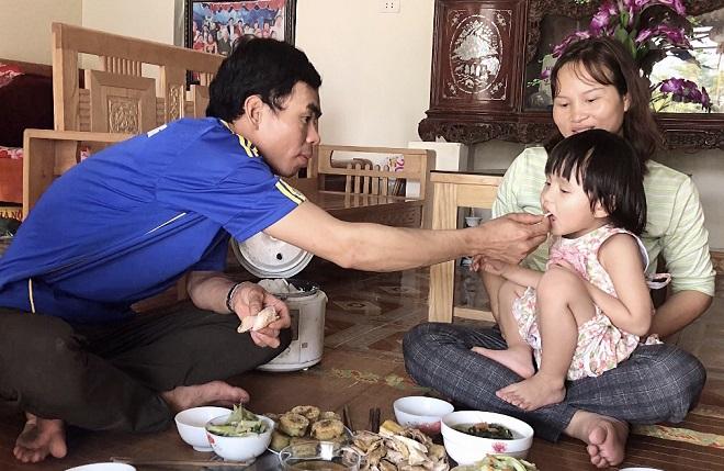 Bữa cơm gia đình bình dị của gia đình chị Hải, anh Ninh. Ảnh: Thùy An