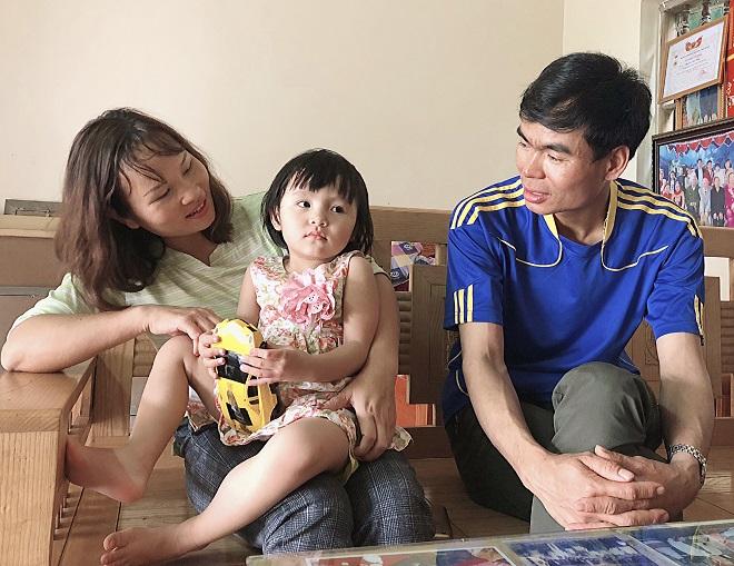 Anh Ninh ( 37 tuổi) , chị Hải và bé gái đầu lòng. Ảnh: Thùy An