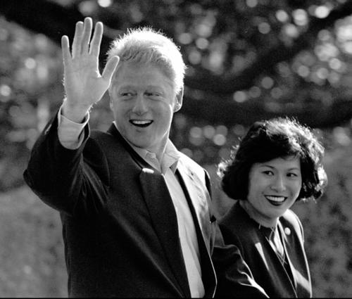 Bác sĩ Mariano đi cạnh cựu tổng thống Mỹ Bill Clinton. Ảnh: Dennis Cook/Associated Press.