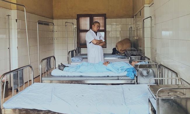 Bác sĩ Hưng thường đến và thăm hỏi bệnh nhân ở từng buồng bệnh. Ảnh: Thùy An