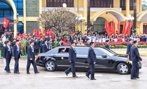 Dàn cận vệ đi bộ theo xe của Chủ tịch Kim Jong-il bên ngoài ga Đồng Đăng. Ảnh: Giang Huy.