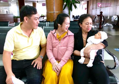 Gia đình vô cùng phấn khởi vềsức khỏe ổn định của mẹ và sự phát triển tốt của con sau cuộc vượt cạn vuông tròn tại Phương Châu.