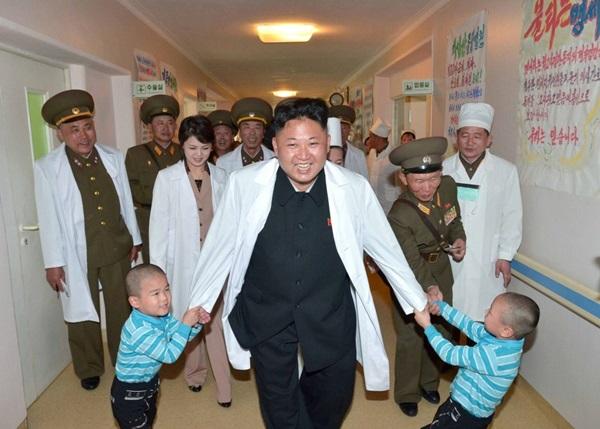 Kim Jong-un chơi với trẻ em tại Bệnh viện Đa khoa Taesongsan năm 2017. Ảnh: Likesharetweet