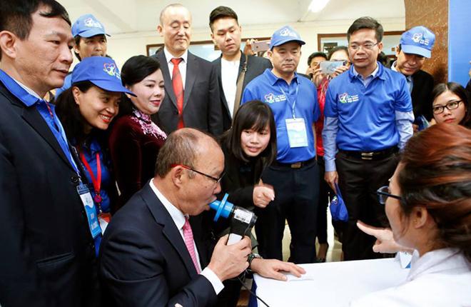 Ông Park tham gia kiểm tra sức khỏetại lễ phát động chương trình Sức khỏe Việt Nam sáng 27/2. Ảnh: Tuấn Dũng.