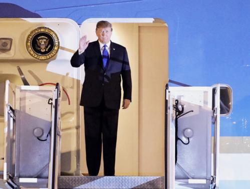 Tổng thống Mỹ Donald Trump tới sân bay Nội Bài tối 26/2. Ảnh: Ngọc Thành.