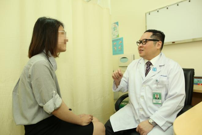 Bác sĩ đang thăm khám cho bệnh nhân. Ảnh: Bệnh viện cung cấp