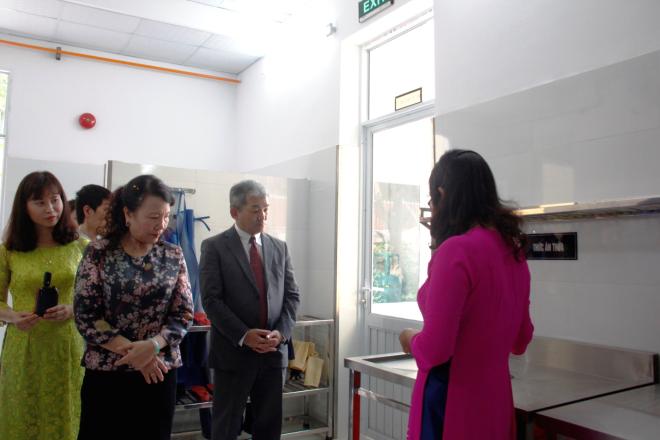 Tiến sĩ Nguyễn Thị Nghĩa - Thứ trưởng Bộ Giáodục và Đào tạo, ông Keiji Kaneko -Tổng giám đốc Công ty Ajinomoto Việt Nam vàcác đại biểu tại Lễ khánh thành bếp ăn.