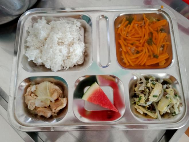 Bữa trưa cân bằng dinh dưỡng được chuẩn bị theo phần mềm của các em học sinh trường tiểu học Chu Văn An, Hà Nội.