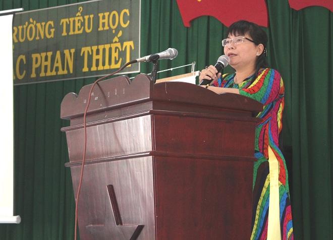 Cô Lê Thị Mỹ Anh -Phó hiệu trưởng Trường tiểu học Trưng Trắc (quận 11, TP HCM) chia sẻ kinh nghiệm áp dụng hiệu quả dự án với các trường tiểu học tỉnh Bình Thuận.