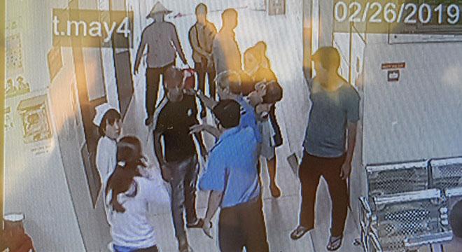 Camera bệnh viện ghi lại hình ảnh xảy ra xung đột giữa điều dưỡng và một người bố.