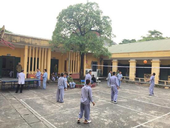 Bệnh nhân tâm thần chơi bóng chuyền tại Bệnh viện tâm thần Hà Nội. Ảnh: Lê Nga.