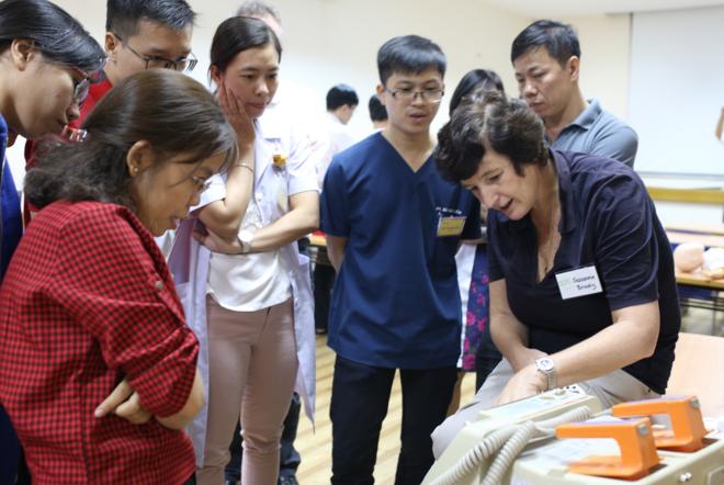 Chuyên gia hướng dẫn các bác sĩ Việt Nam thực hành.