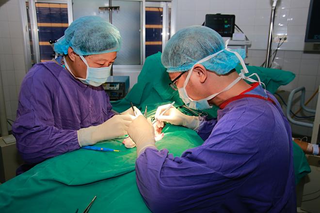 Bác sĩ phẫu thuật cắt tinh hoàn cho bệnh nhân. Ảnh: K.O