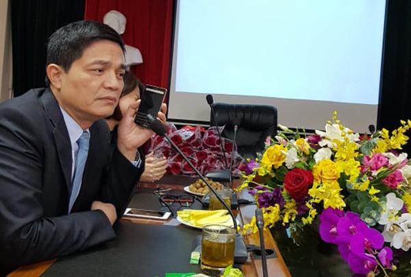 Ông Phongđang nói chuyện với nhân viên tư vấn giảm cân bà Dung. Ảnh: Thuý Hạnh.