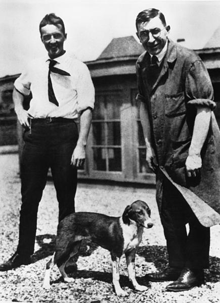 Fred Banting và Charles Best thử nghiệm trên những chú chó để tìm cách chữa bệnh tiểu đường. Ảnh: Sciencehistory