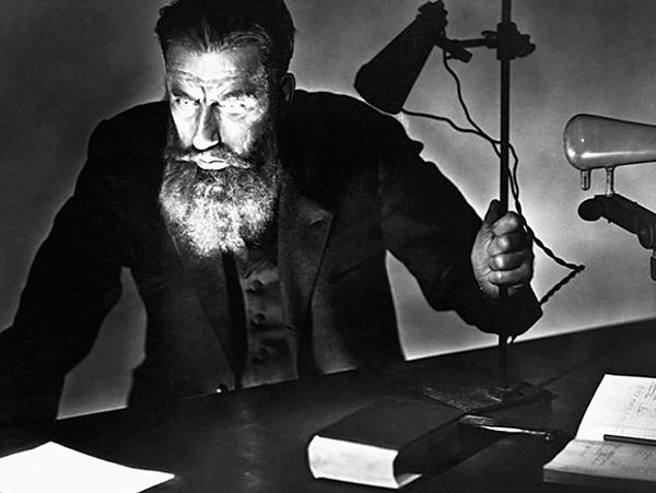 Nhà khoa học Wilhelm Roentgen nhậnthấy sựtồn tại một loại tia vô hình có thể nhìn xuyên qua một lớp chắn sáng, nhìn được bộ phận bên trong của con người, sau 49 ngày ông ở lì trong phòng thí nghiệm.