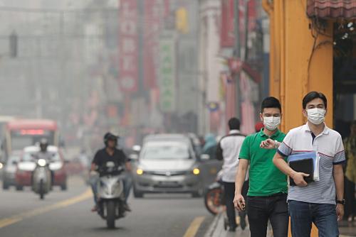 Người đi bộ đeo khẩu trang tránh khói bụi tại Kuala Lumpur (Malaysia). Ảnh: Medium.