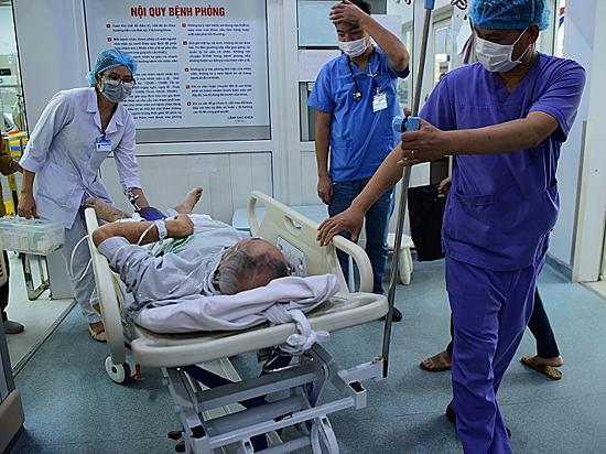 Khoa Hồi sức cấp cứu, bệnh viện Bạch Maitiếp nhận từ 100 - 150 ca cấp cứu mỗi ngày nên luôn trong tình trạng quá tải, gây nênnhiều áp lực cho y bác sĩ. Ảnh: Giang Huy