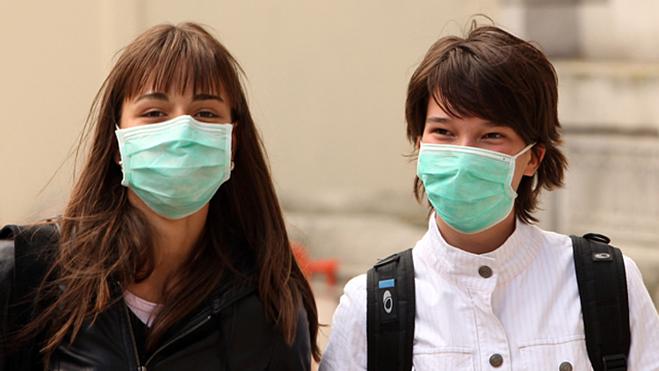 Bạn nên đeo khẩu trang y tế ở những nơi công cộng để phòng ngừa lây nhiễm cúm. Ảnh: Fox10 Phoenix