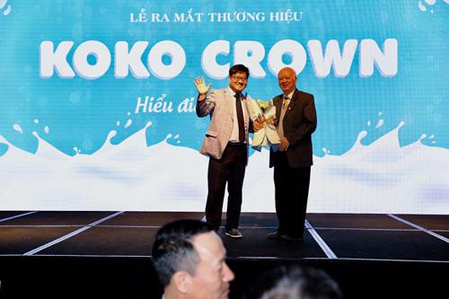 Phó giáo sư Trần Văn Cường- Phó Chủ tịch Tổng hội Y học Việt Nam (bên phải) và ông Kelvin Kim - Giám đốc xuất khẩu tập đoàn Namyang Hàn Quốc tại buổi lễ ra mắt sản phẩm.