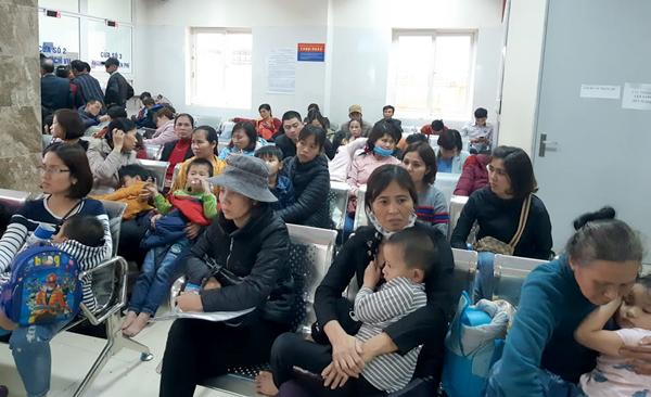 Nhiều trẻ đến viện xét nghiệm sáng 15/3. Ảnh: T.H