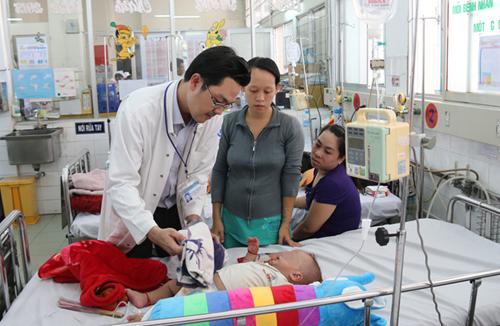 Bác sĩ Nguyễn Minh Tuấn thăm khám cho bệnh nhi sốt xuất huyết.