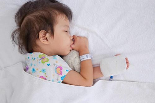 cha mẹ cho trẻ dùng đúng thuốc hạ sốt, bù nước, dinh dưỡng, theo dõi sát giai đoạn ngày bệnh... để giảm nguy cơ biến chứng