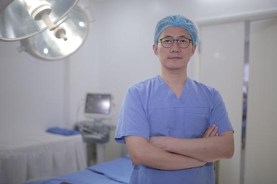 Phó chủ tịch KAFPRS với trên 30 năm kinh nghiệm làm việc tại các bệnh viện tại Hoa Kỳ, Hàn Quốc và một số nước châu Á