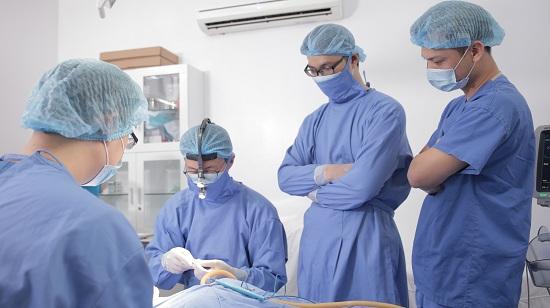Dr. Park cùng đội ngũ bác sĩ của Đông Á đang tiến hành ca phẫu thuật cho một khách hàng của bệnh viện này.