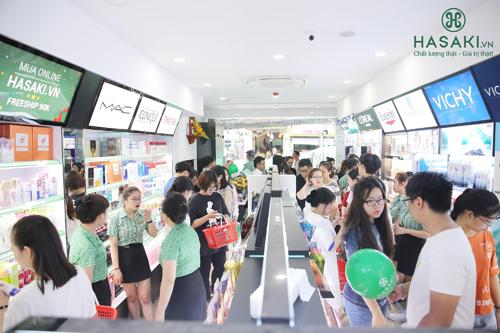 Nhiều khách hàng tham dự sự kiện khai trương của Hasaki Beauty & Spa.