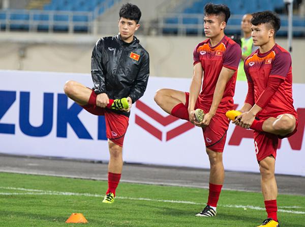 Các cầu thủ Việt Nam có bài tập khởi động trên sân trước trận đấu với U23 Indonesia tối 24/3. Ảnh: Đình Tùng