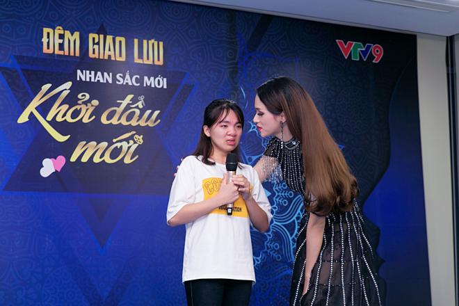 Hương Giang cảm động trước hoàn cảnh đáng thương của cô bé Lai Châu.
