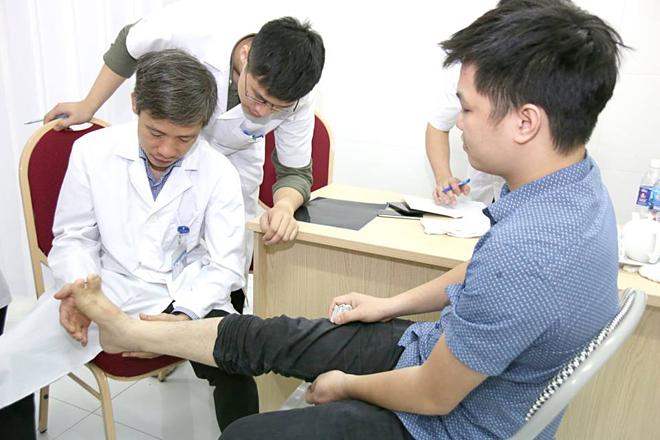 Bệnh nhânbị chấn thương thể thao khám ngày 6/4. Ảnh: Kim Oanh.